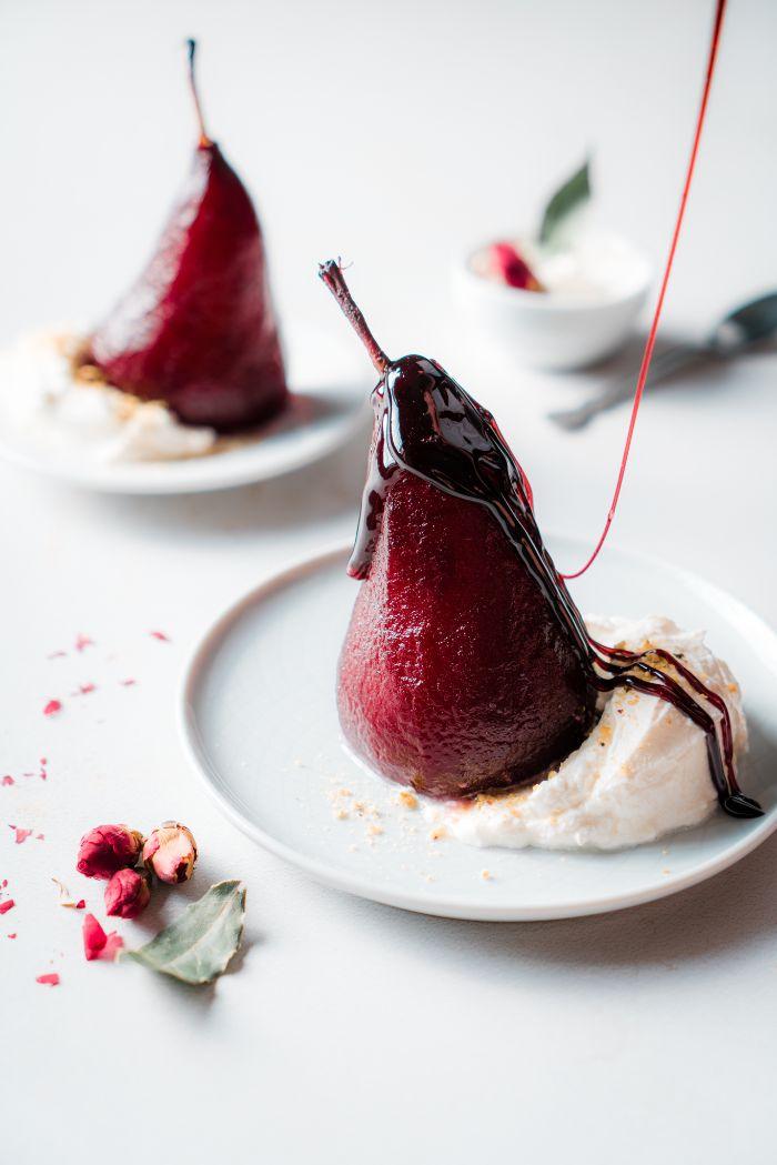 récution de vin rouge pour décorer poire pochée et servie avec de la creme fraiche, recette repas en amoureux dessert facile