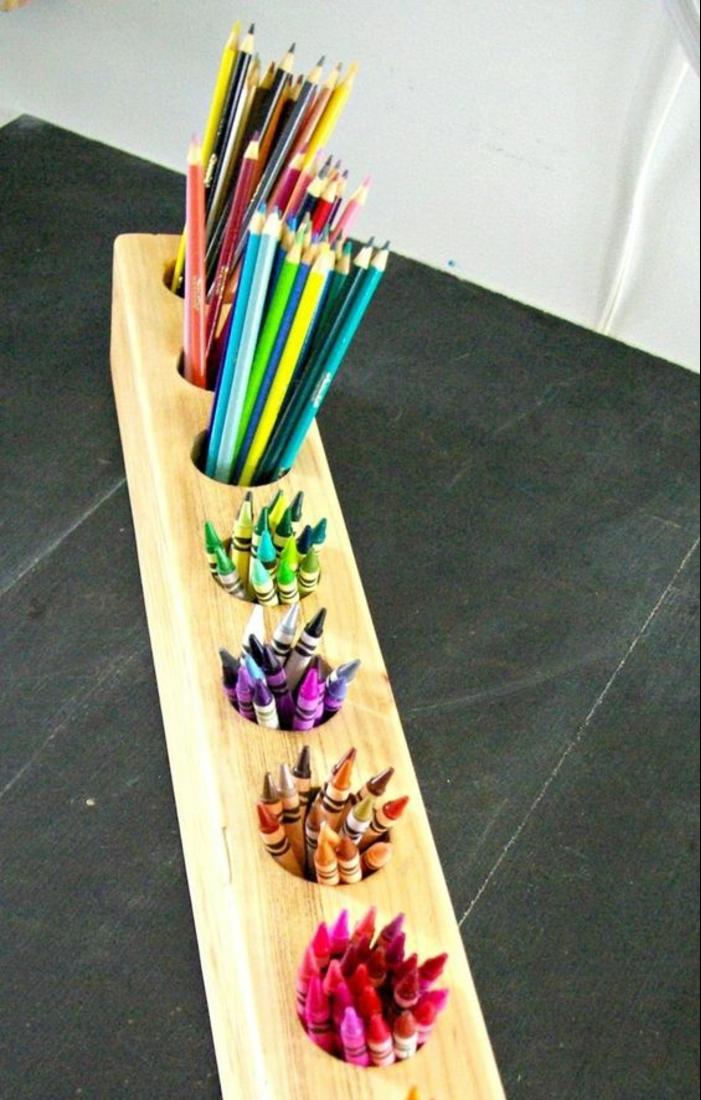 rangement-pour-pots-à-crayon-une-longue-piece-de-bois-avec-deifférents-compartiments-pour-les-différents-couleurs-idée-comment-faire-un-pot-à-crayon