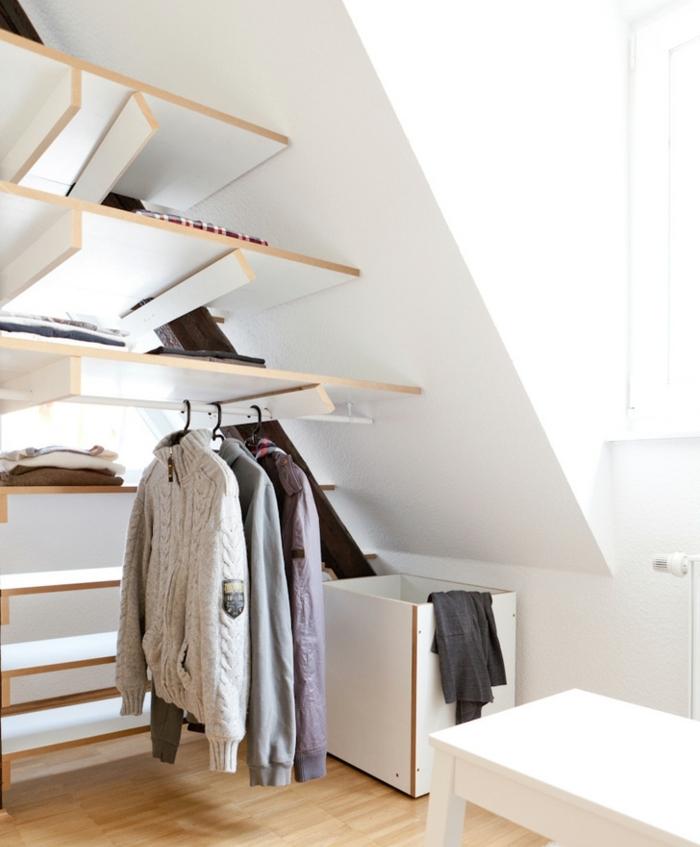 dressing sous comble design intéressant, des étagères modulables, idée penderie et cube de rangement, design scandinave