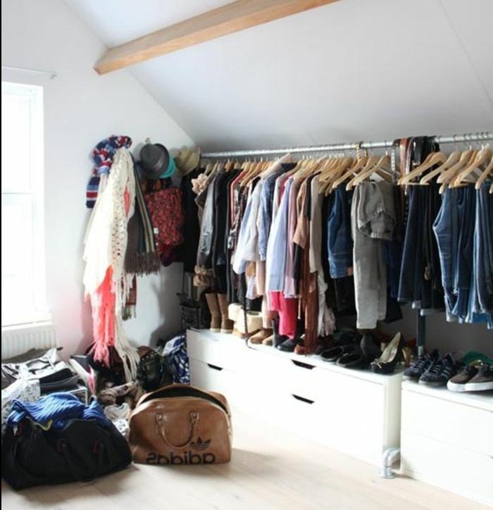 meuble sous pente, muni de penderie et tiroirs, patères pour ranger des écharpes et des chapeaux, parquet clair