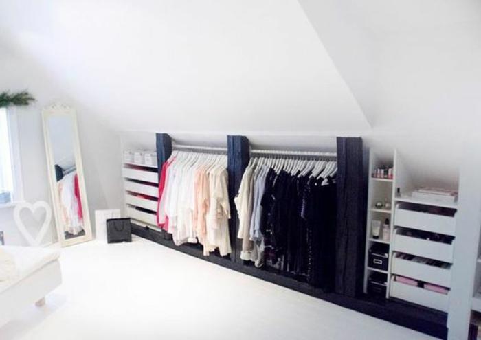 déco chambre sous pente, design scandinave, penderie, miroir, rangement maquillage et accessoires, lit, déco en blanc