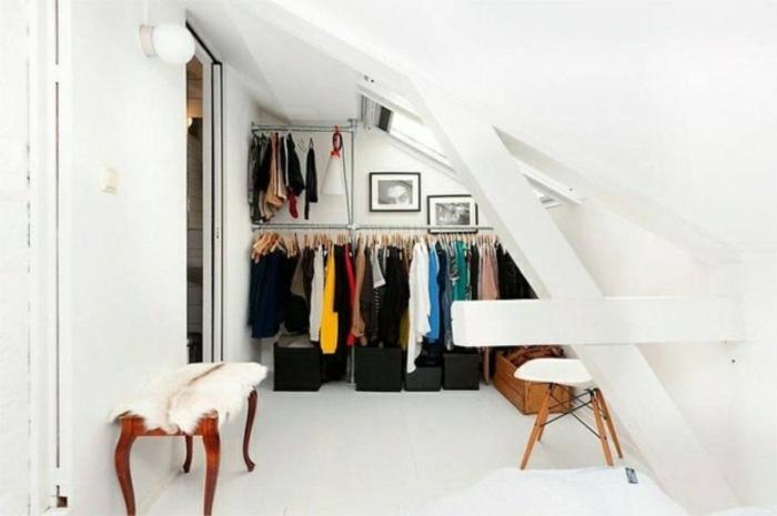 rangement sous pente, penderie, cubes de rangement, chaise, banc design scandinave, idée déco dressing blanc