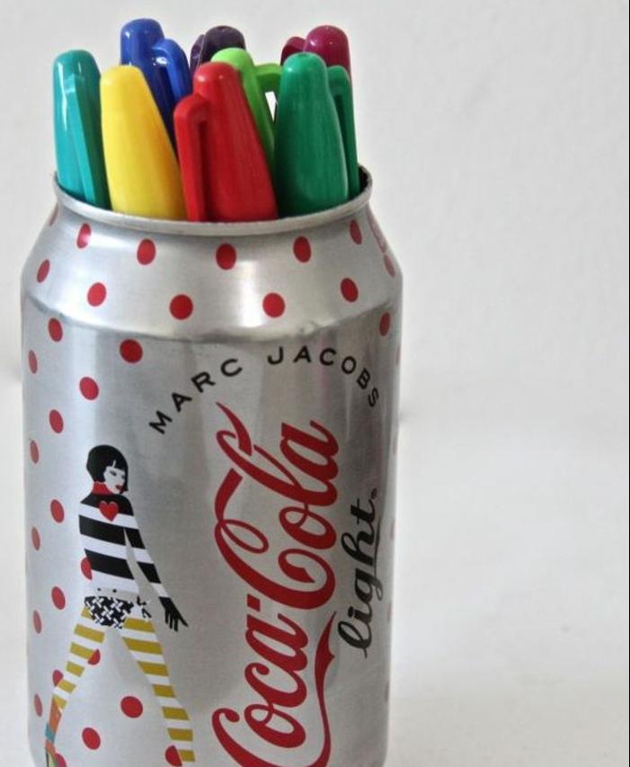 ranger-des-stylos-de-couleurs-diverses-dans-des-cannettes-de-coca-cola-idée-facile-pour-fabriquer-un-pot-à-crayon