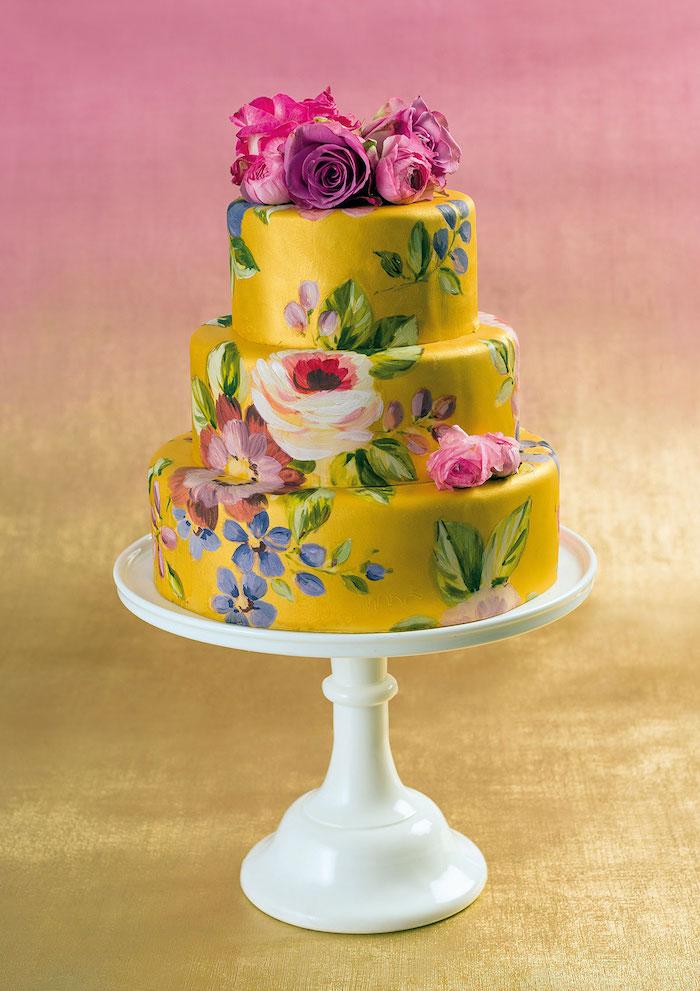 gateau décoré de jaune avec dessin fleurs à main et deco fleurs fraiches en top, gateau artistique creative anniversaire femme 60 ans