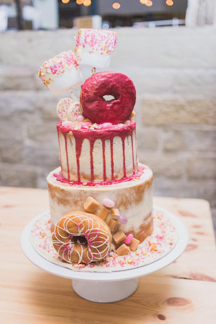 gateau original facile et gourmande, style gateau naked cake décoré de caramel, decoration de beignets et marshmallow