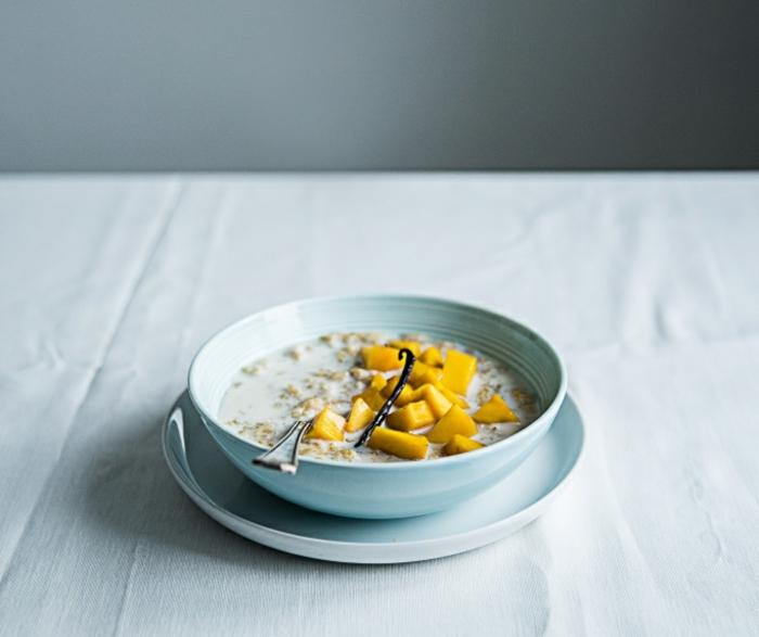 recette flacon d'avoine petit déjeuner avec de l'eau, orange, vanille, sirop d'érable, lait, mango, idée porridge fait maison