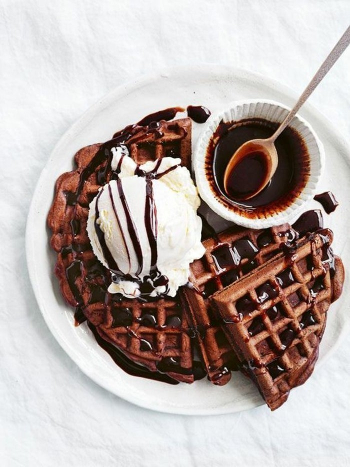 recette de pâte à gaufres classique au chocolat, des gaufres servies comme dessert