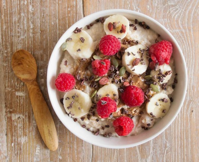 recette porridge avec de l'eau, du lait d'amande, banane, framboise, beurre d'amande, idée de repas équilibré et délicieux