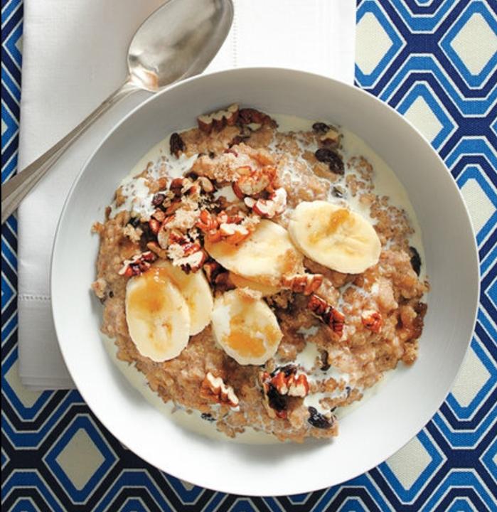porridge recette, une bouillie d'avoine mélange d'avoine et quinoa, banane, cannelle, sucre, noix, repas sain