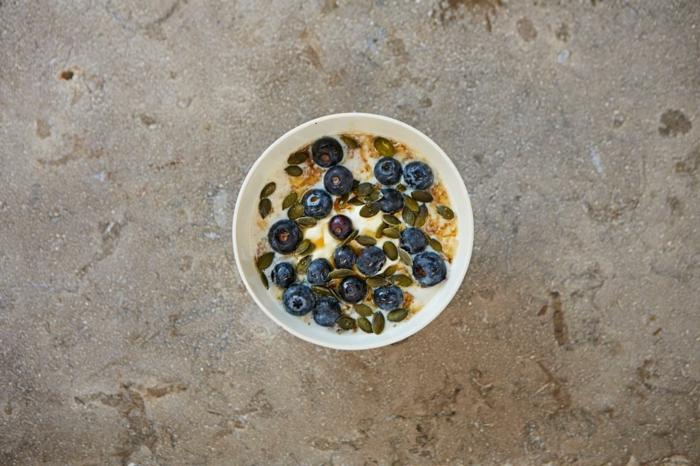 recette porridge, myrtilles, yaourt, graines grillées, miel, consistance crémeuse, recette flacon d'avoine petit déjeuner