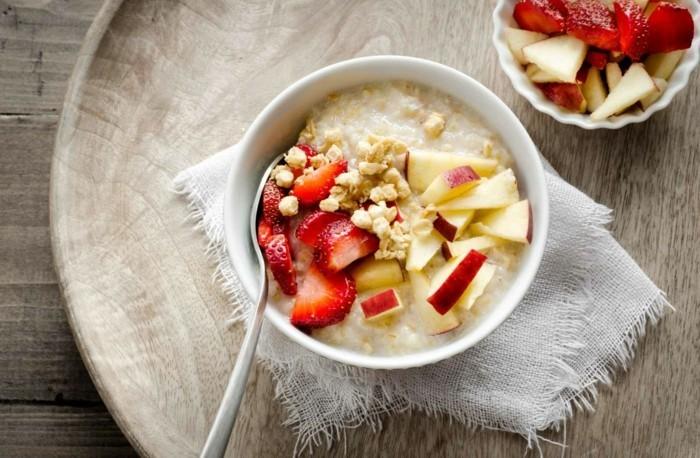 bouillie de blé à faire soi meme, avec un topping de fraises et pommes, recette poridge coupe-faim fait maison