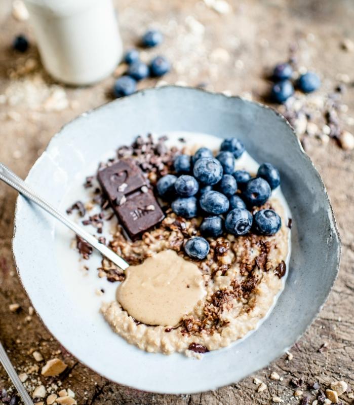 petit déjeuner minceur, porridge au café, myrtilles, noisettesm chocolat, idée de flacon d'avoine petit déjeuner