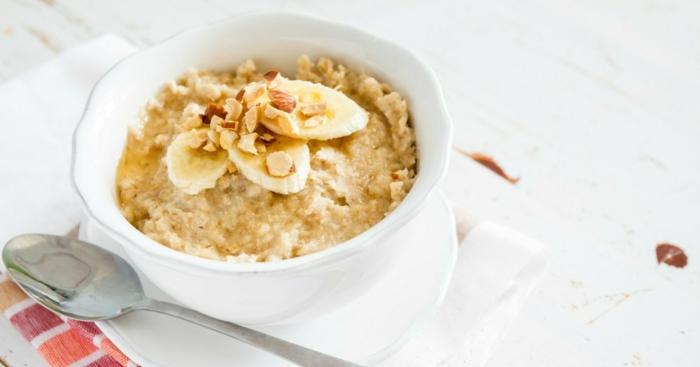 suggestion classique recette porridge aux bananes et amandes, idée petit déjeuner minceur pour faire le régime
