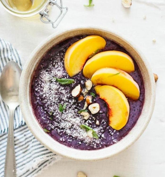 recette porridge aux myrtilles, lai d'amande, huile de coco, miel, noisettes, topping de pêche, repas saint minceur