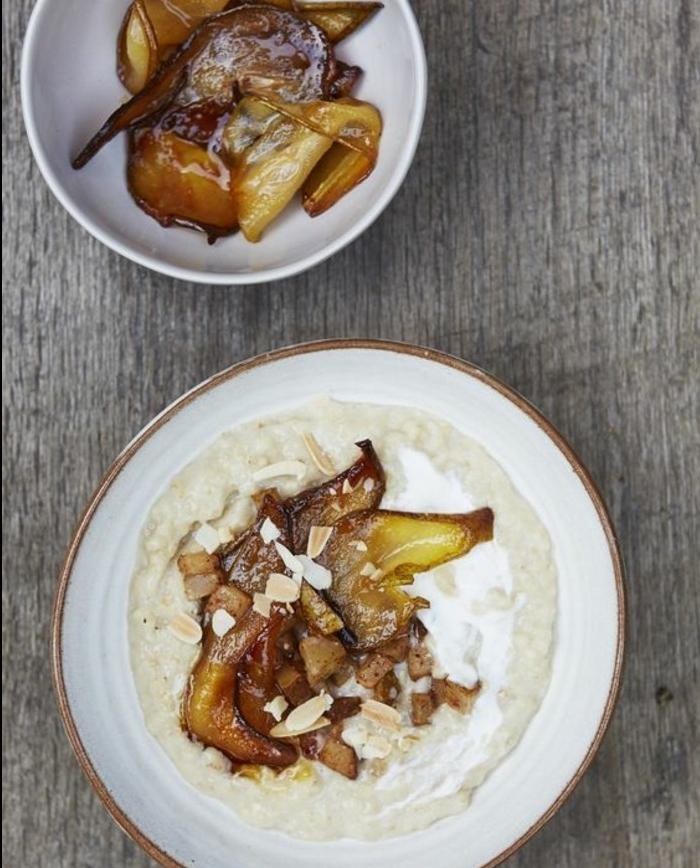 petit déjeuner minceur, exemple de porridge aux poire caramélisées et lait de coco, idée de recette flacon d'avoine