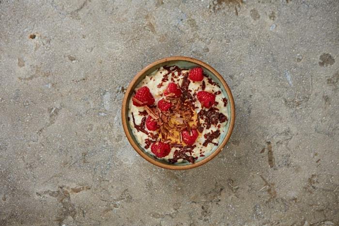bouillie d'avoine, cacao, framboises, beurre de cacahouète, idée comment préparer un petit déjeuner, porridge pour garder la ligne