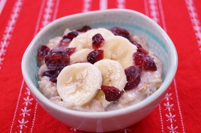 recette flacon d'avoine petit déjeuner, porridge recette, bananes, canneberge, petit déjeuner sain, repas protéines et fibres