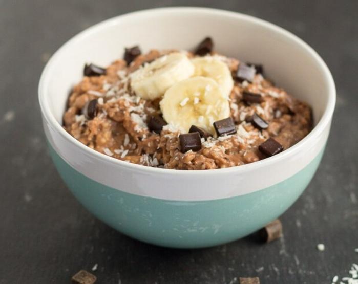 recette porridge chocolat, banane, noix de coco et poudre de cacao, idée super aliments pour u petit déjeuner équilibré