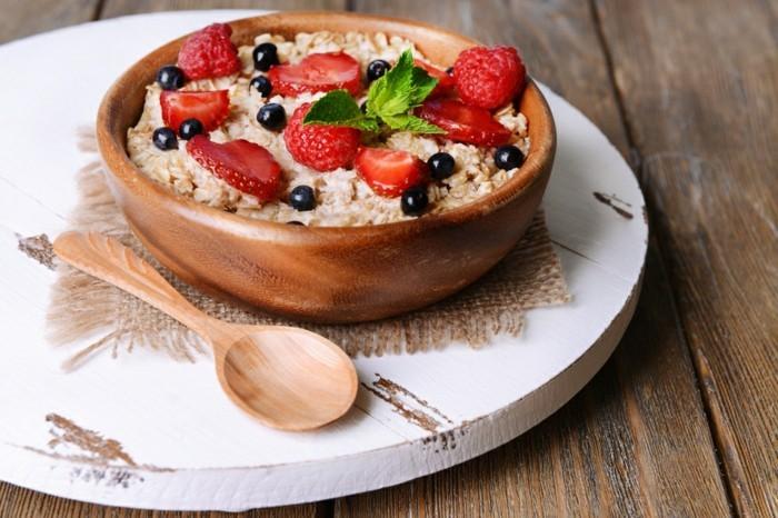 recette porridge aux flacons d'avoine et lait, myrtilles, fraises, aliments riches en fibres, protéine et vitamines