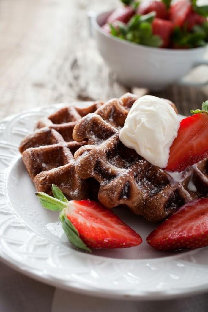 la meilleure recette pour gaufre au chocolat garnie de crème fraîche et de fraises