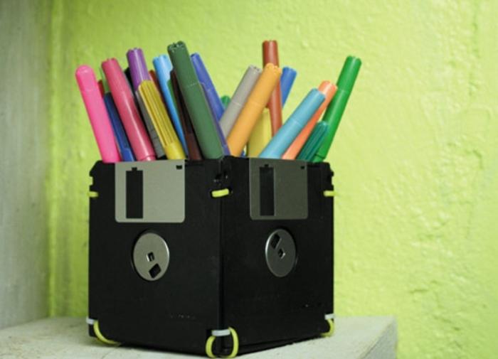 recylage-de-disquette-trasnformée-en-pot-a-crayon-idée-comment-faire-un-rangement-originale-pour-crayons-en-couelur