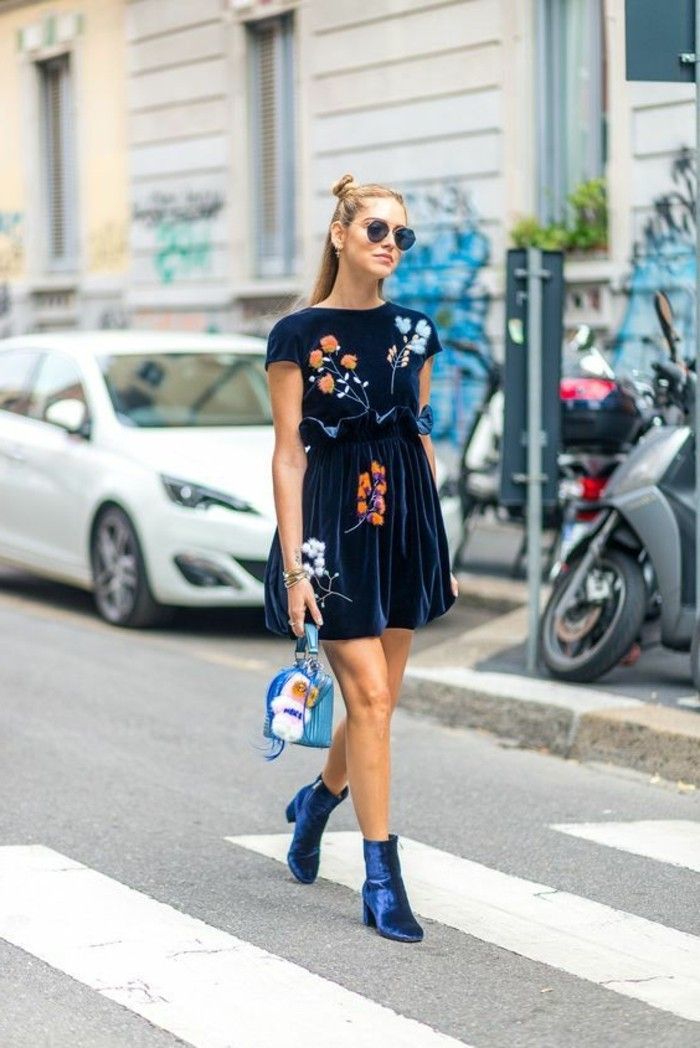 comment porter des bottines, robe bleu foncée en motifs floraux, demi chignon