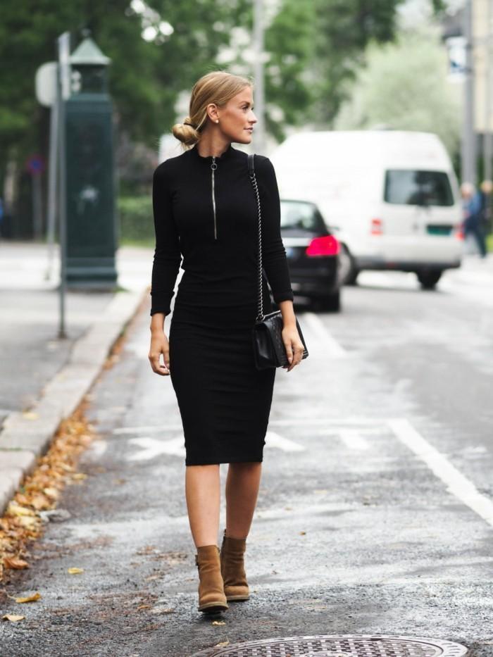 tenue avec bottines, robe longue et noire avec fermeture éclair, pochette en cuir