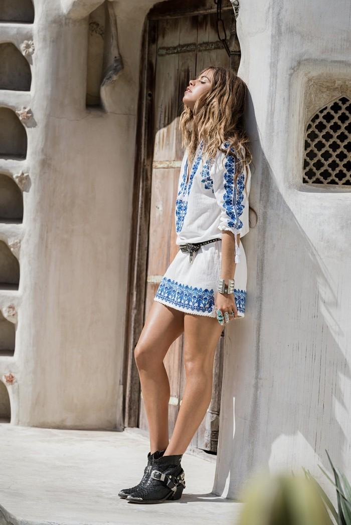 comment porter des bottines, robe blanche à motifs bleus, ceinture, bagues turquoise