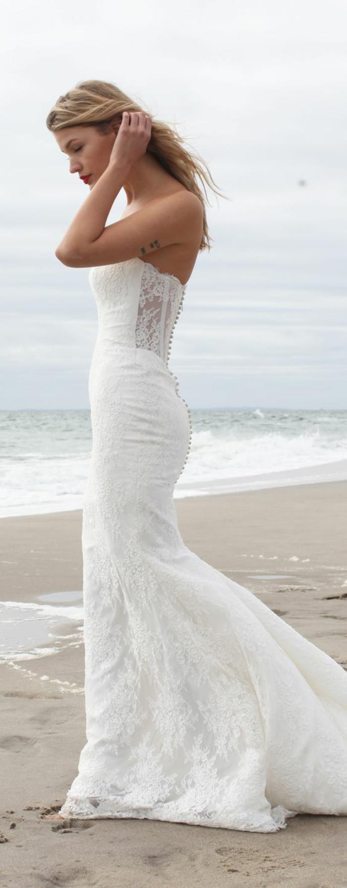 robe-de-mariée-bustier-avec-traine-robes-de-mariée-bustier-dentelle-au-bord-de-la-mer