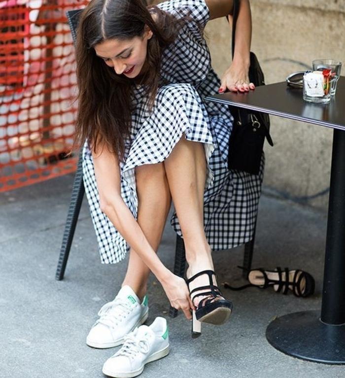 stan smith femme portées, manucure rouge, chaussures à talons, robe carrée blanc et noir