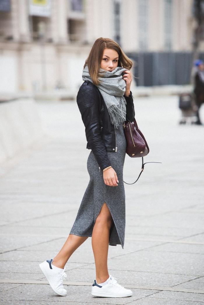 costume avec basket, robe grise longue, écharpe longue, veste en cuir noir, stan smith femme portées