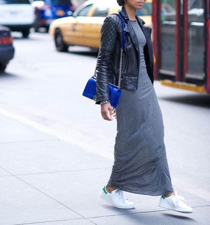 tenue avec stan smith, pochette bleu éléctrique, basket classe femme, veste en cuir noir