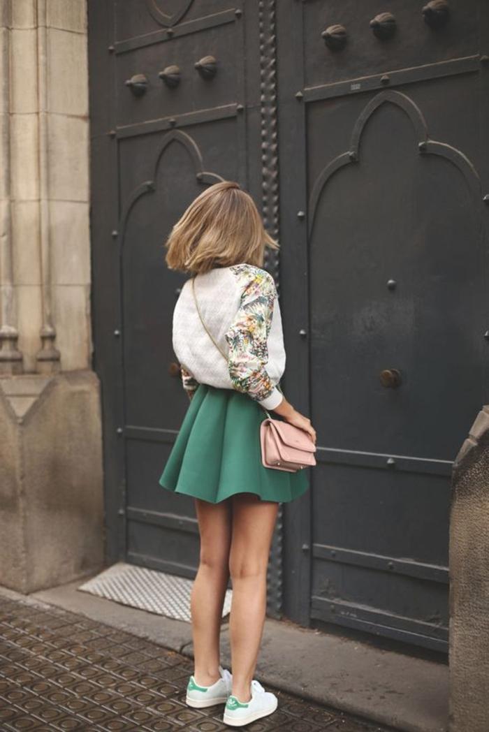 costume avec basket, jupe verte, veste blanche à décoration florale, stan smith femme portées, sac à main rose pastel