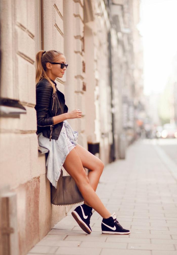 habille swag, cheveux attachés, lunettes de soleil noirs, veste en cuir