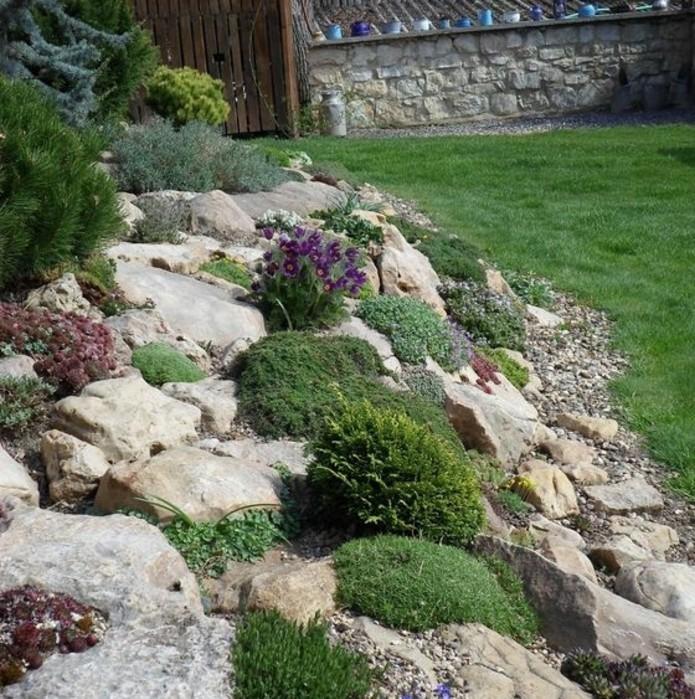 rocaille-fleurie-aux-abrods-d-une-pelouse-idée-comment-faire-une-rocaille-soi-meme-maison-rustique-chic