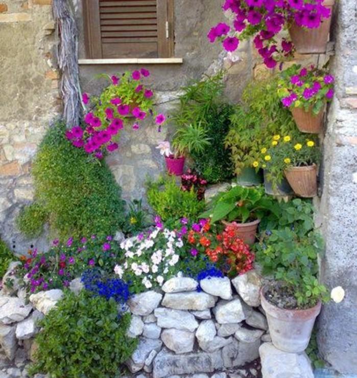 rocaille-fleurie-dans-un-angle-des-fleurs-suspendus-pierres-et-fleur-de-rocaille-idée-amenagement-coin-vert-maison-style-rustique