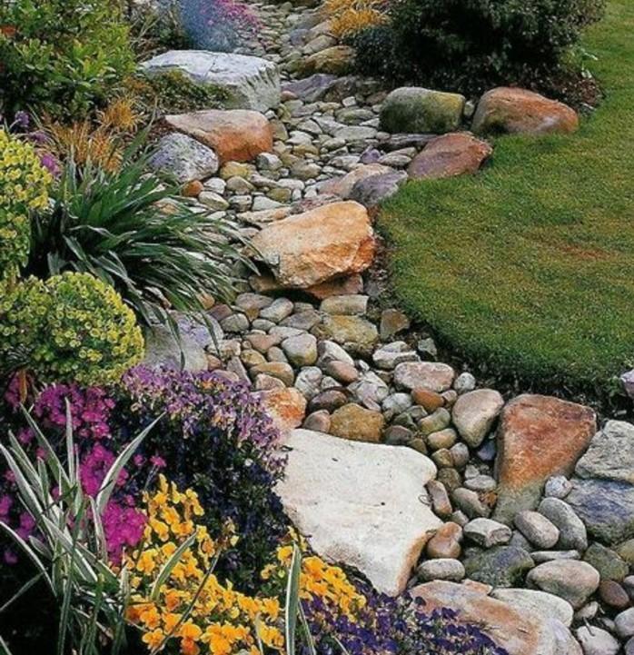 rocaille-fleurie-des-fleur-de-rocaille-de-couleurs-diverses-un-sentier-en-pierres-pierres-enveloppés-de-végétation