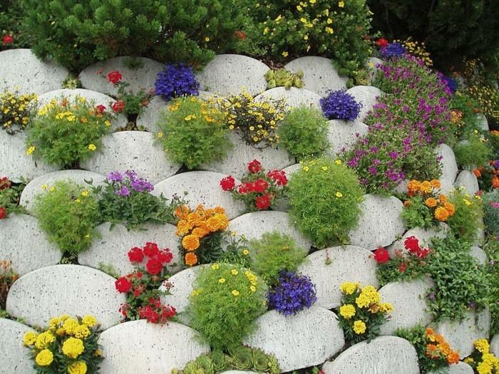 rocaille-fleurie-pierres-forme-ovale-avec-des-fleurs-dans-les-interstices-idée-comment-faire-une-rocaille