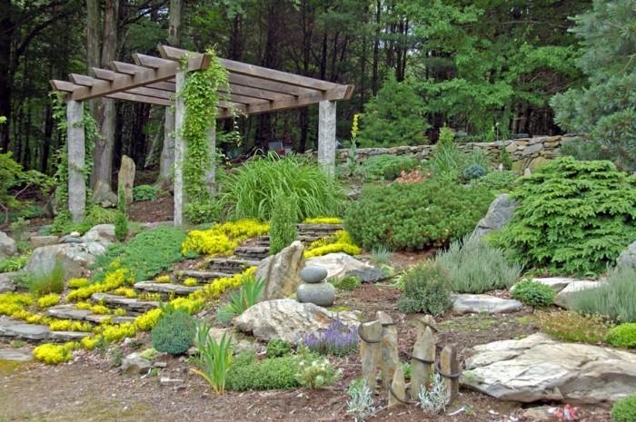 rocaille-jardin-aménagé-près-d-une-pergola-en-bois-jardin-en-pente-abrupte-escalier-en-pierre
