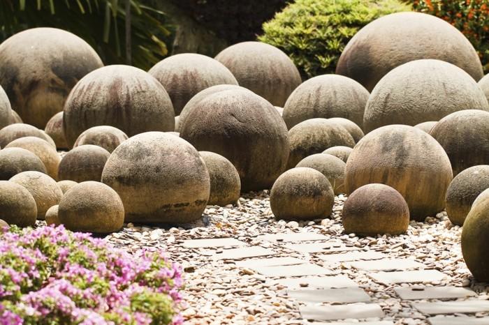 rocaille-jardin-composé-de-grosse-pierre-decoration-jardin-en-forme-ronde-sentier-en-pierre-et-fleurs-couleur-rose-jardin-moderne-a-faire-soi-meme