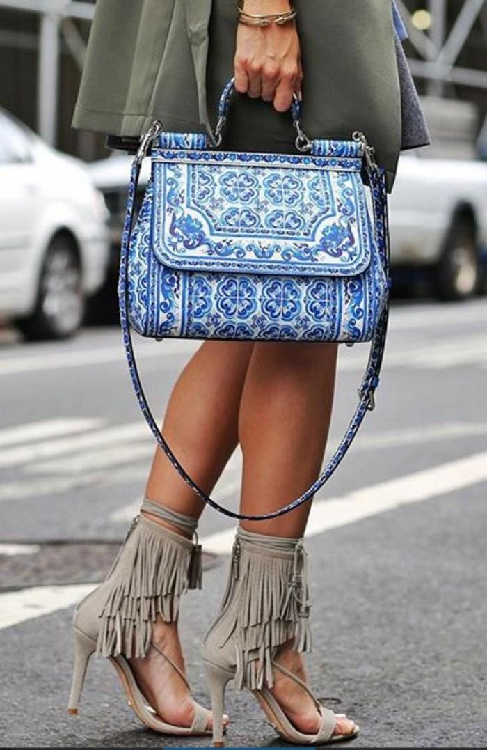 sac-à-main-femme-aux-motifs-porcelaine-en-blanc-et-bleu