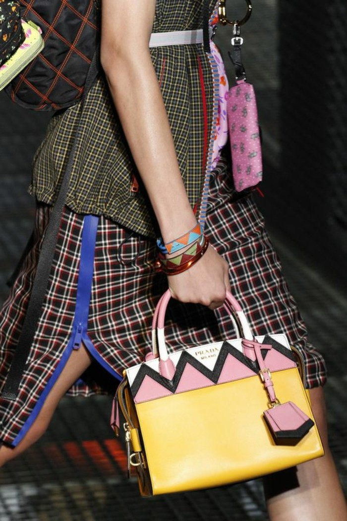 sac-à-main-femme-tons-pastels-rose-jaune-et-blanc-Prada