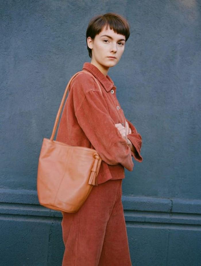 sac-à-mains-femme-couleur-peche-porté-sur-l-épaule