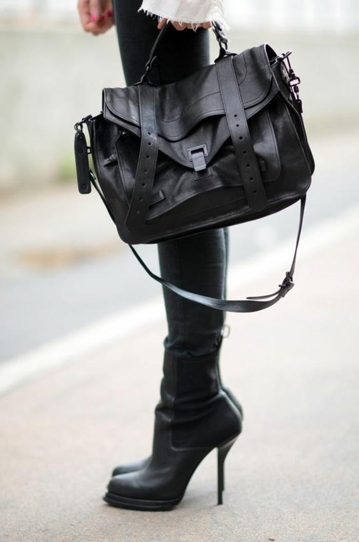 sac-à-mains-femme-en-noir-corsaire-porté-avec-des-cuissardes