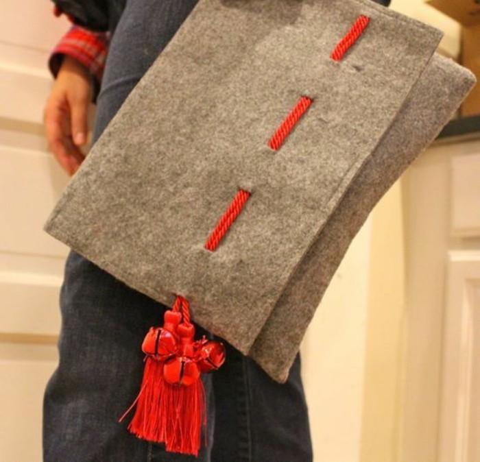 sac-a-mains-en-gris-avec-des-pompons-rouges