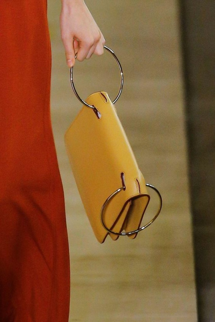 sacs-à-main-femme-en-jaune-portée-par-un-cercle-métallique