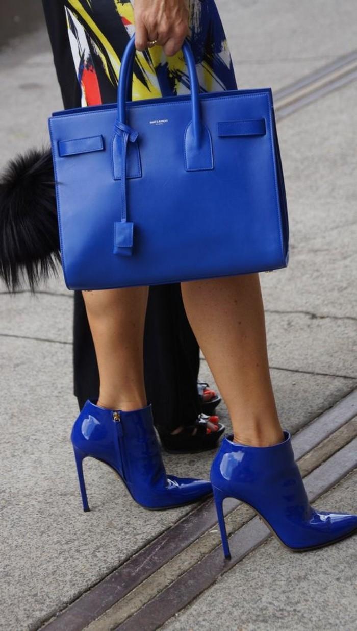 sacs-a-mains-femme-en-bleu-royal-assorti-aux-bottines-à-aiguilles