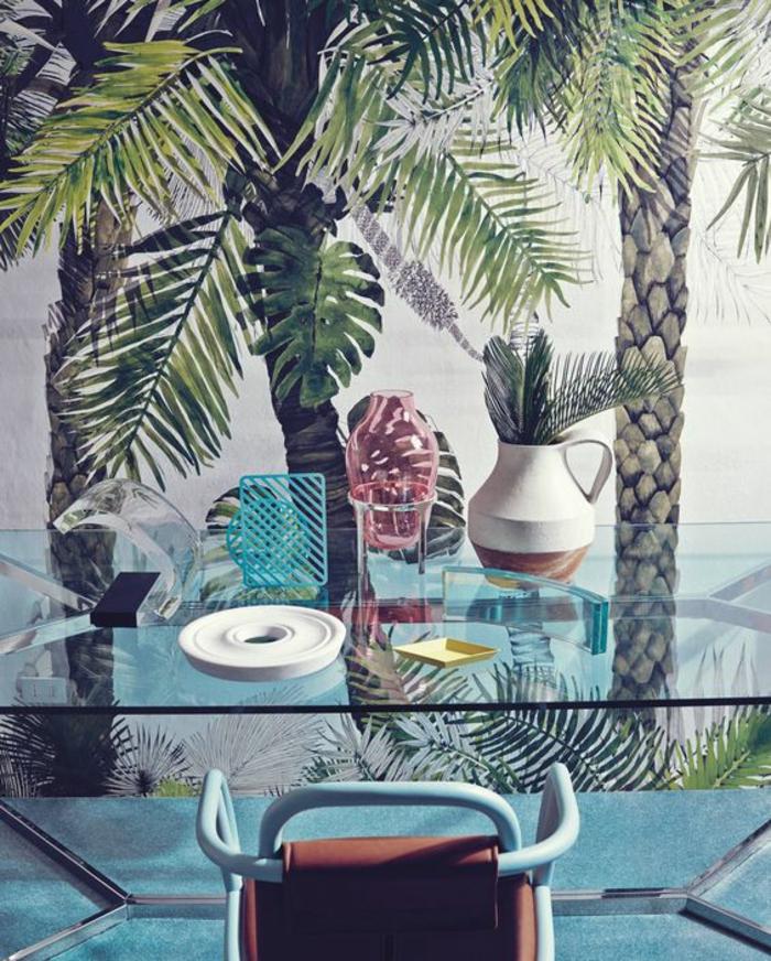 salle-à-manger-originale-table-en-verre-papier-peint-palmier