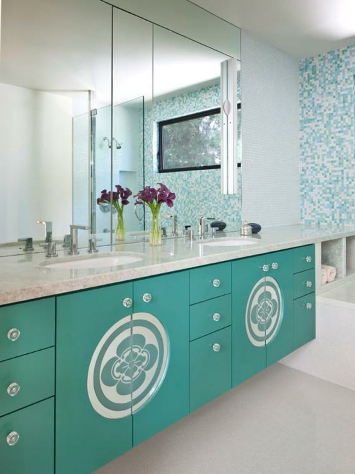 salle-de-bain-bleu-lavabo-marbre-armoire-et-carrelage-turquoise-bouquet-de-fleurs