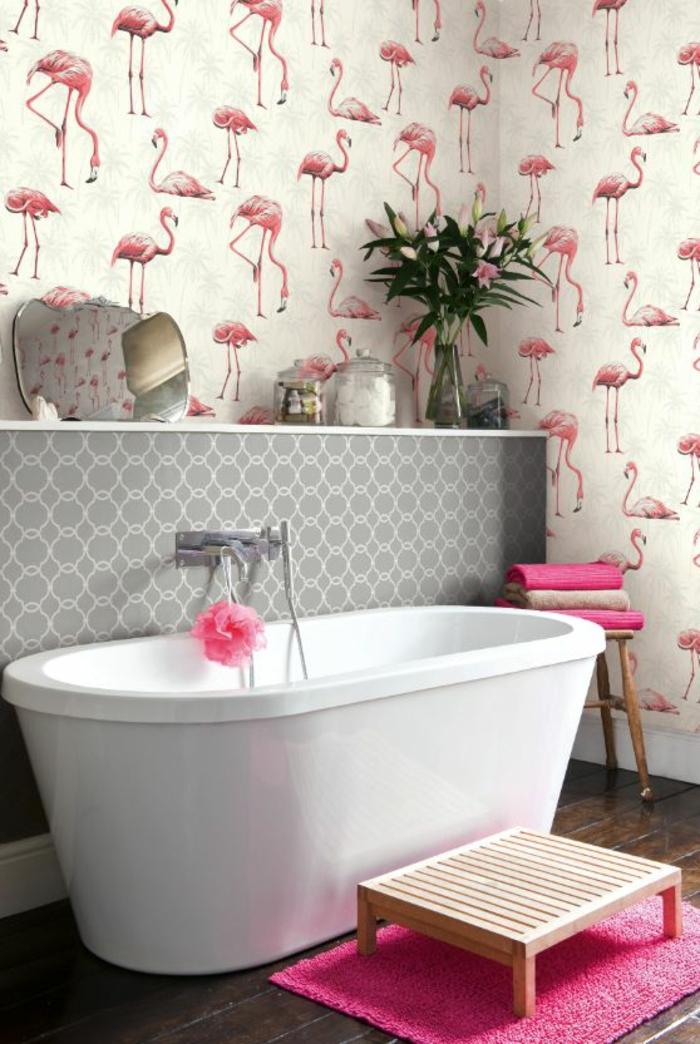 salle-de-bain-moderne-déco-rose-baignoire-chic-papier-peint-mural-flamant